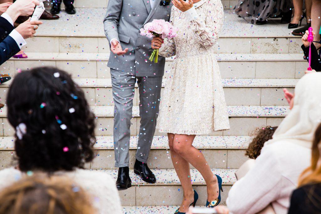 にぎやかな結婚式