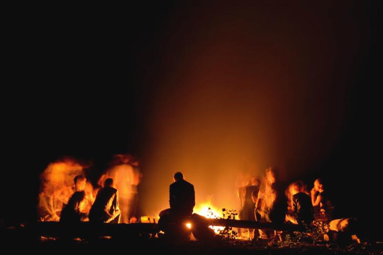 焚火をする人々