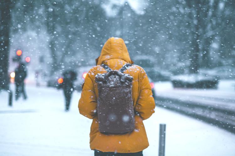 凍えるようなとても寒い日にダウンジャケットを着ている人