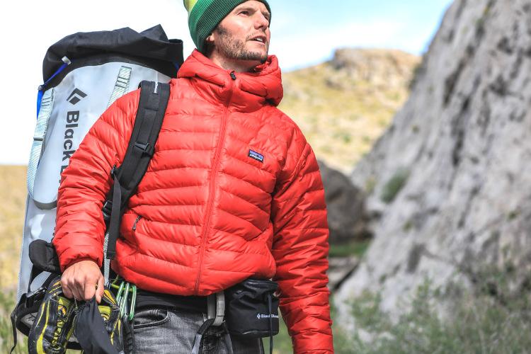 山で真っ赤なダウンジャケットを着る男性