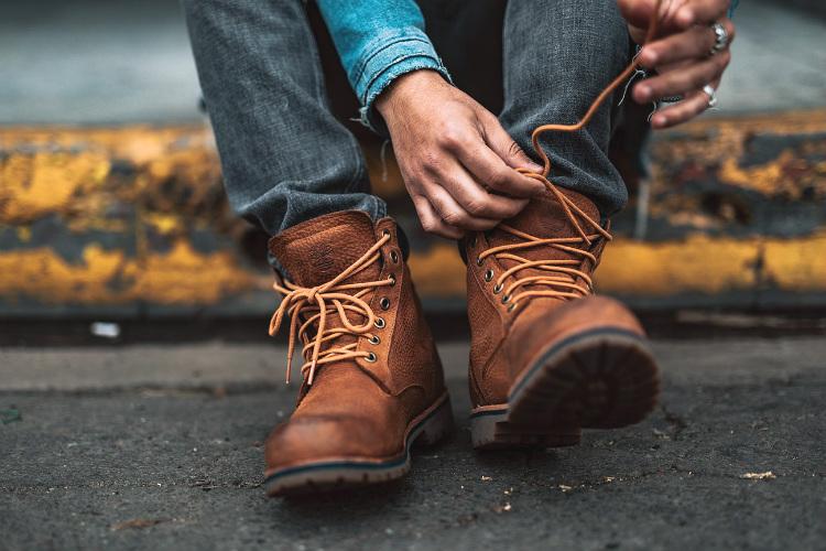 ブーツの靴ひもを結ぶ