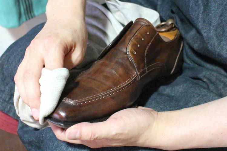 靴磨きをしている人