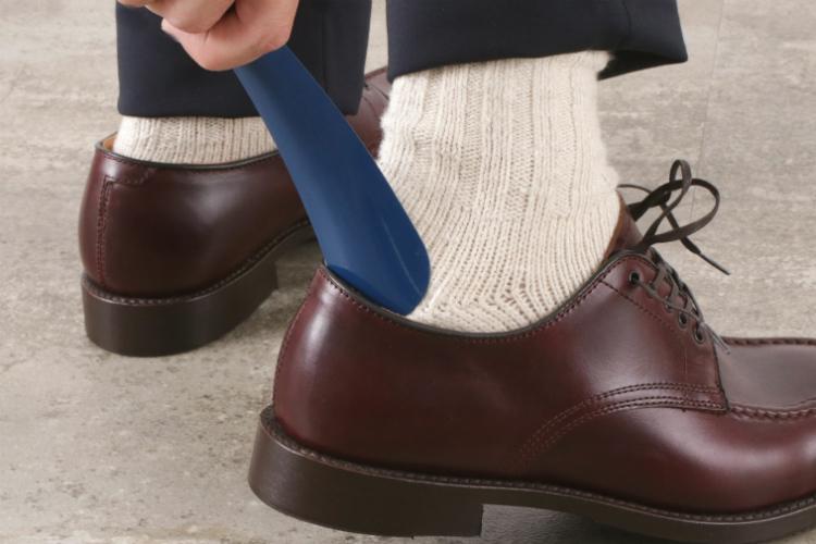 靴ベラを使って革靴を履く