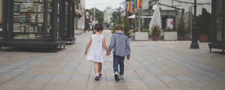 手をつないで歩く子供