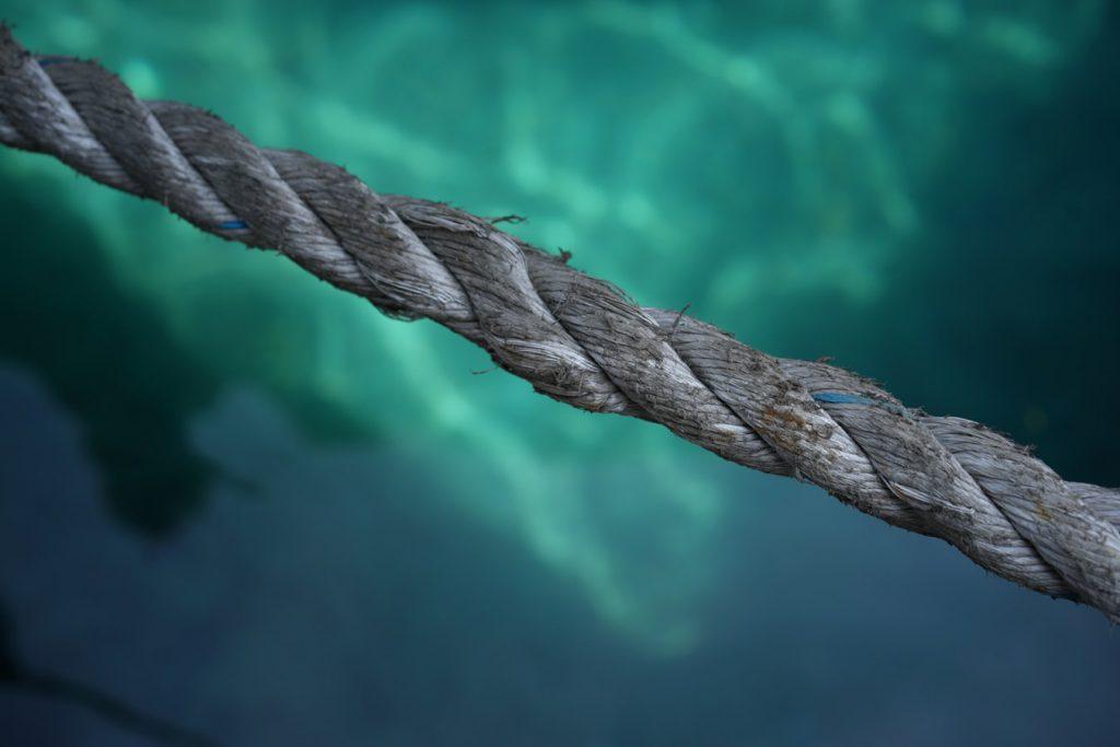 頑丈に編まれたロープ