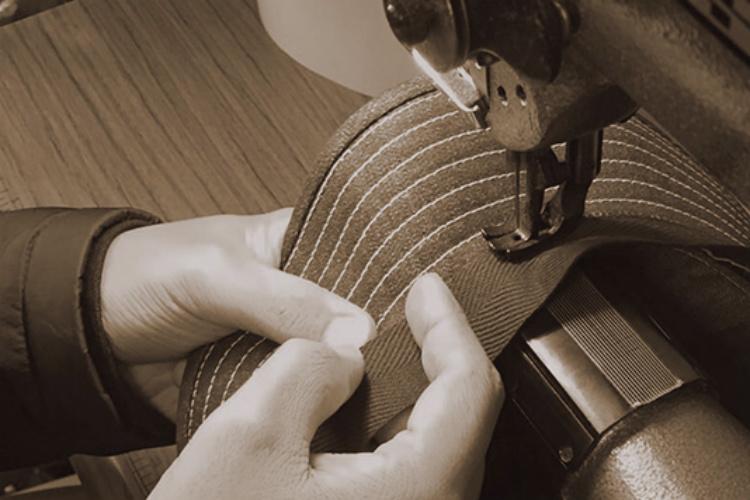 帽子を縫う職人