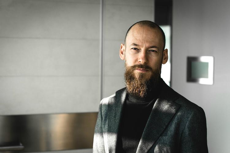 ひげの生えた知的な男性