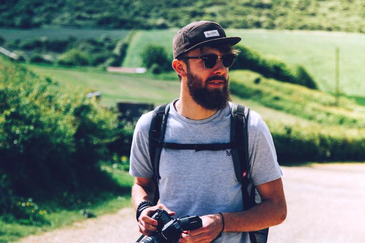 カメラを持つひげの男性