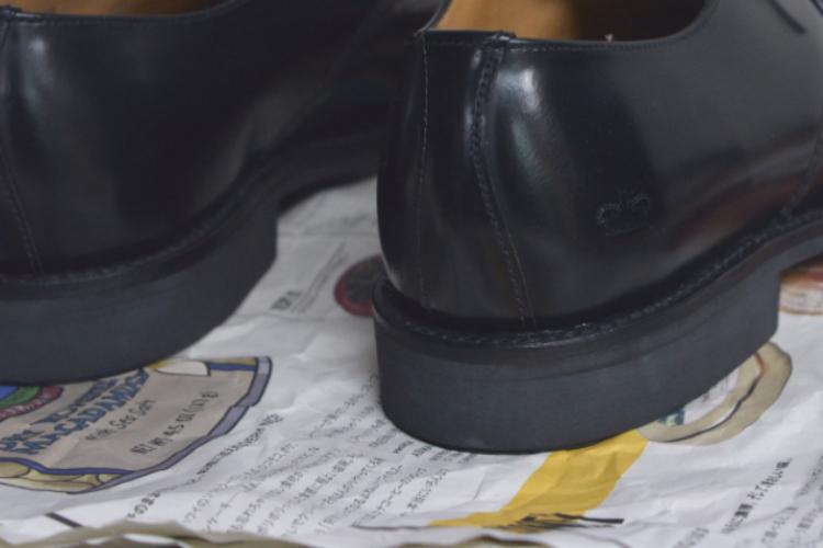 靴の下に新聞紙をひく