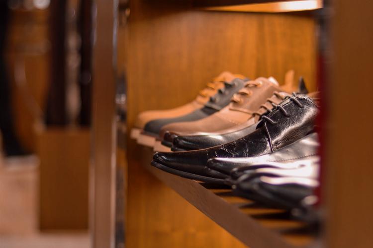 並べられた革靴