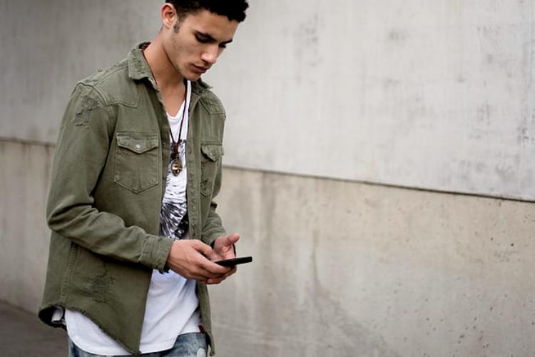 スマートフォンを触る男性