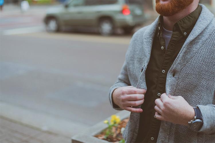 カーディガンを羽織る男性