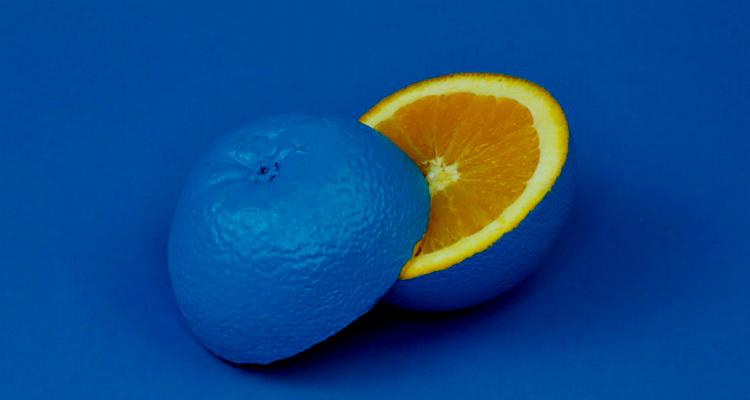 ネイビーとオレンジのコントラスト