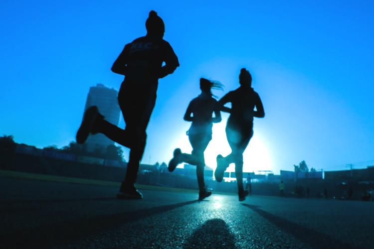 運動をする人々