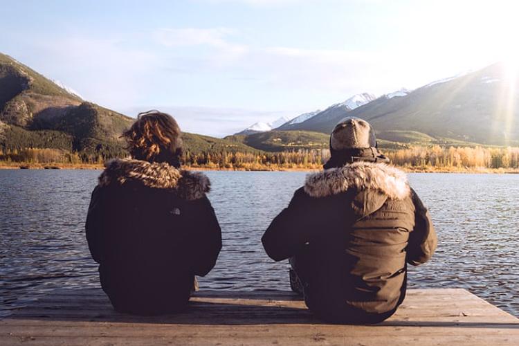 寒そうに座る二人