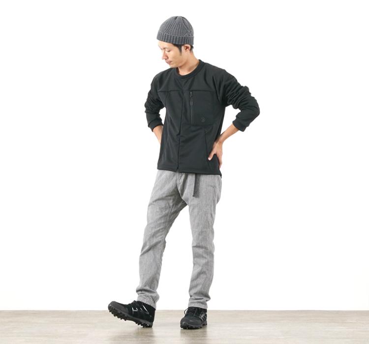 ツーディライヴの3Dプルオーバーの黒を着る足立