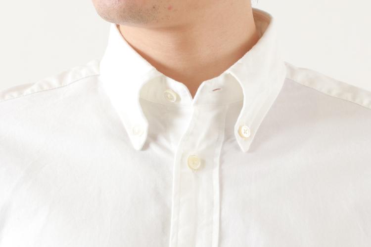 ボタンダウンシャツ襟元