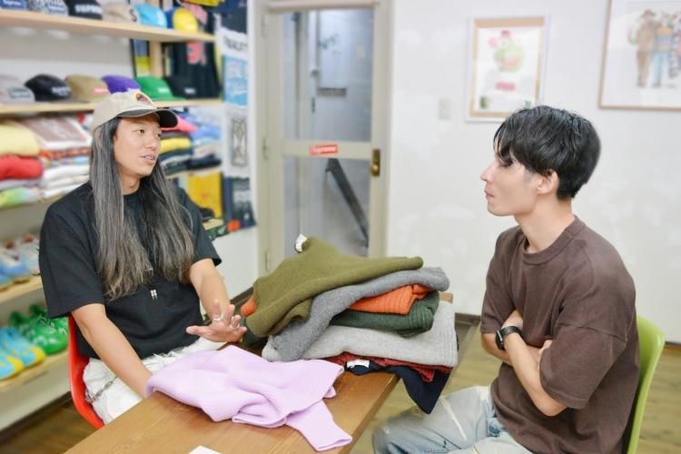 対談する佐井氏と足立の様子
