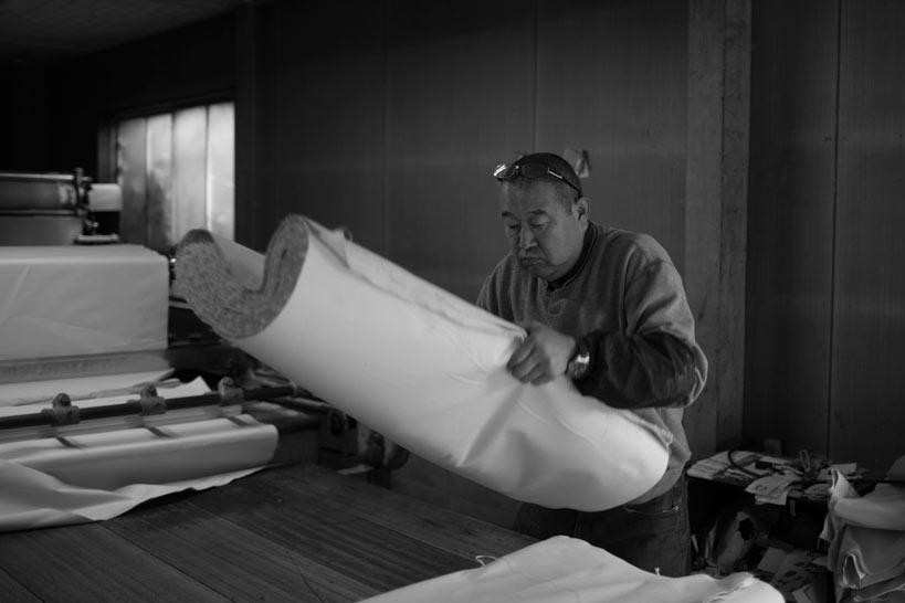 児島帆布を持つ職人