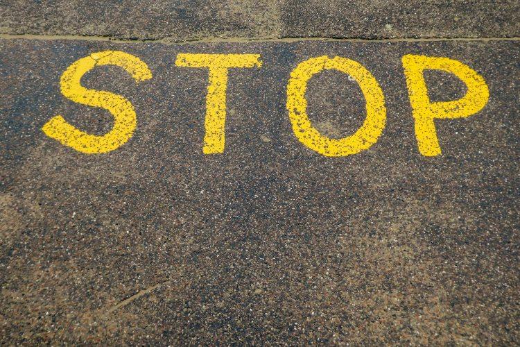 STOPと書かれた地面